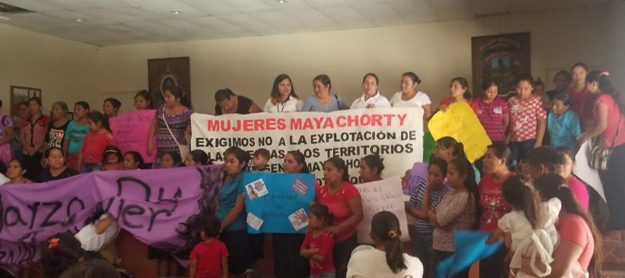 Las mujeres mayas marchan bajo la bandera de Berta